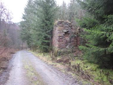 Torzo stodoly po pravé straně cesty směřující do údolí Oplanského potoka