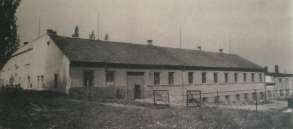 Budova Vondráčkovy továrny na historické fotografii